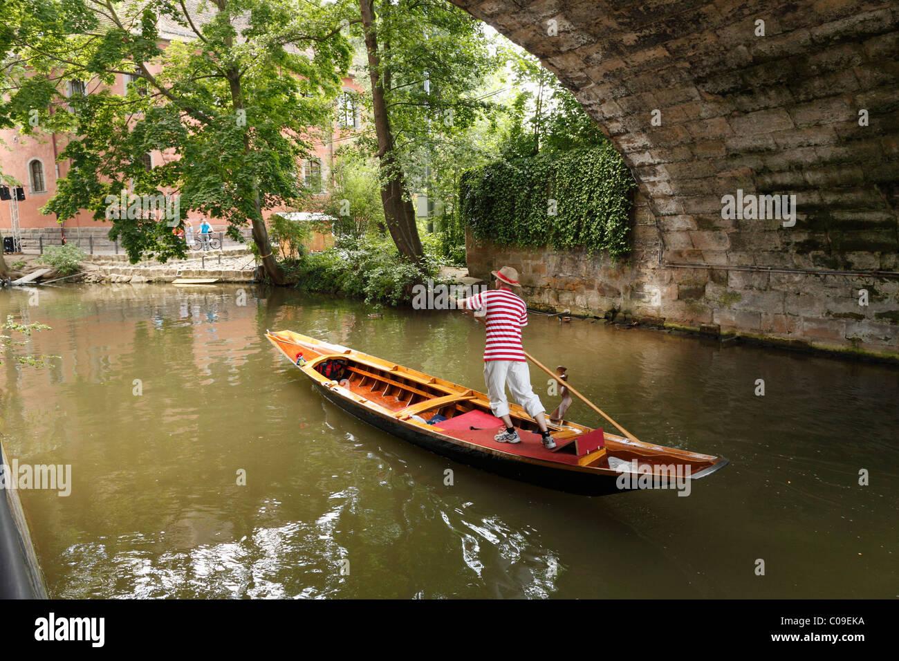 Gondolero y la góndola sobre una rama del río Regnitz, Bamberg, Alta Franconia, Franconia, Baviera, Alemania, Imagen De Stock