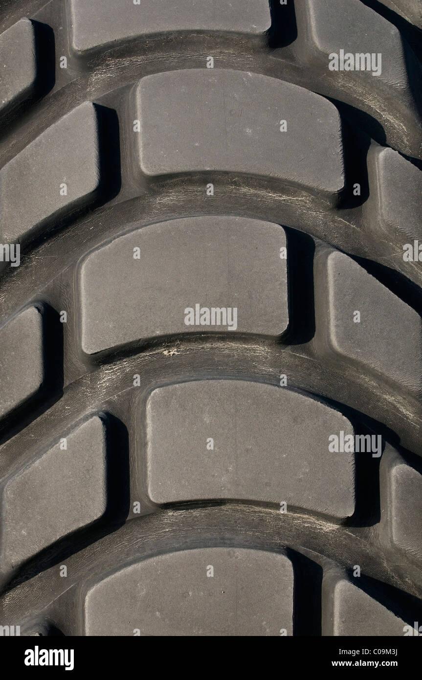 Detalle de la banda de rodadura del neumático de un vehículo grande Imagen De Stock