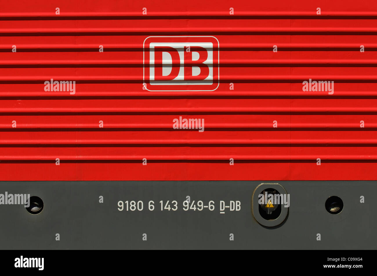 DB, estación de logotipo en una locomotora eléctrica roja Imagen De Stock