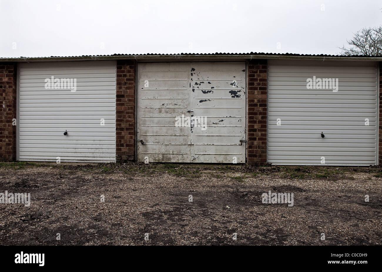 Fila de tres garajes. Foto de stock