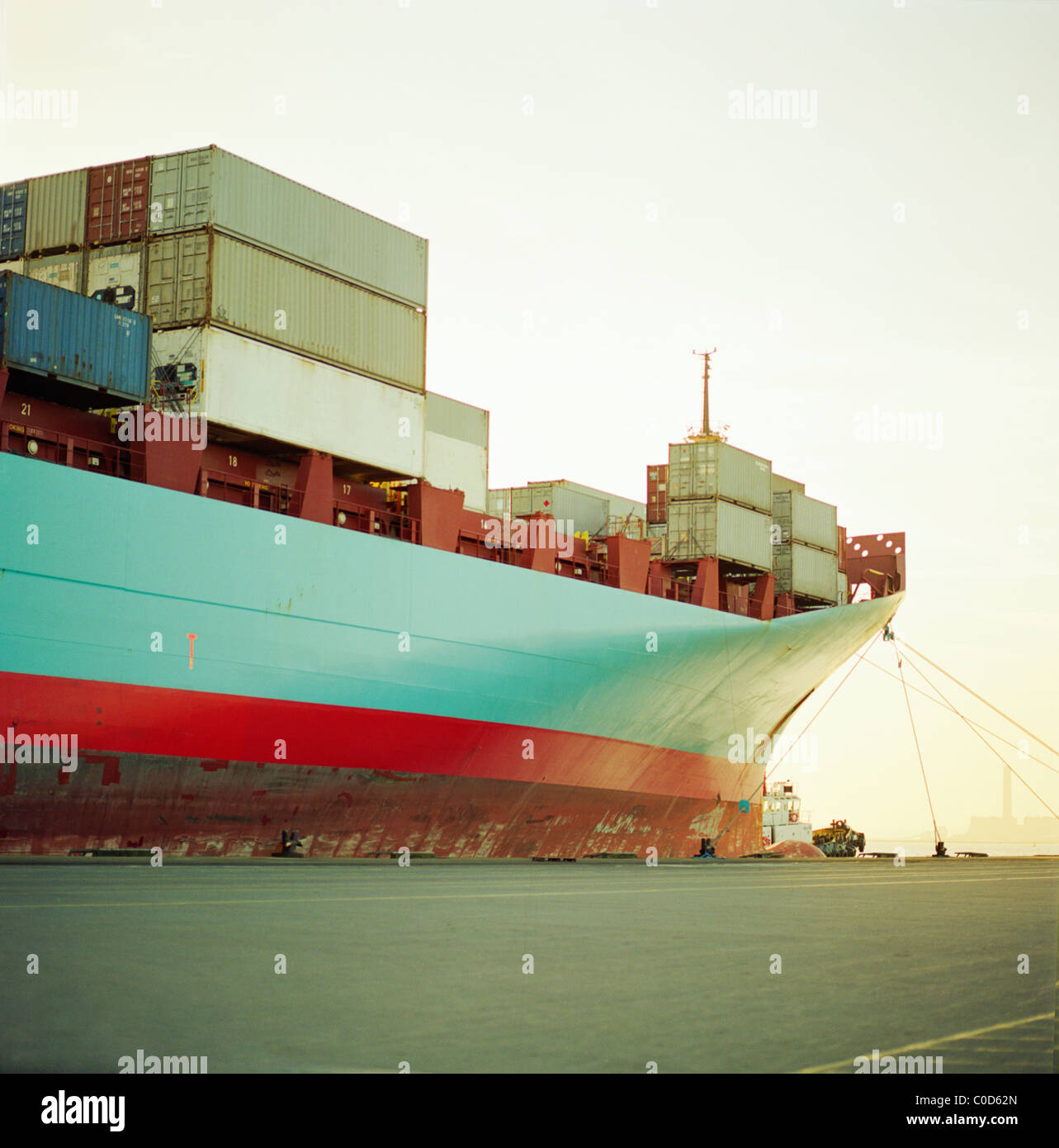 Un barco de contenedores en el muelle de espera totalmente cargado Imagen De Stock