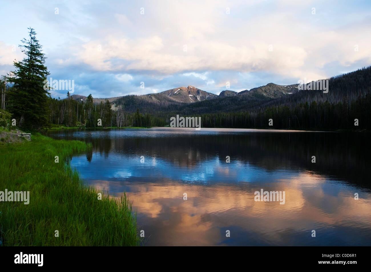 Paisaje con nubes, montañas y reflexión tomada en el Parque Nacional Yellowstone, Wyoming, Estados Unidos. Imagen De Stock
