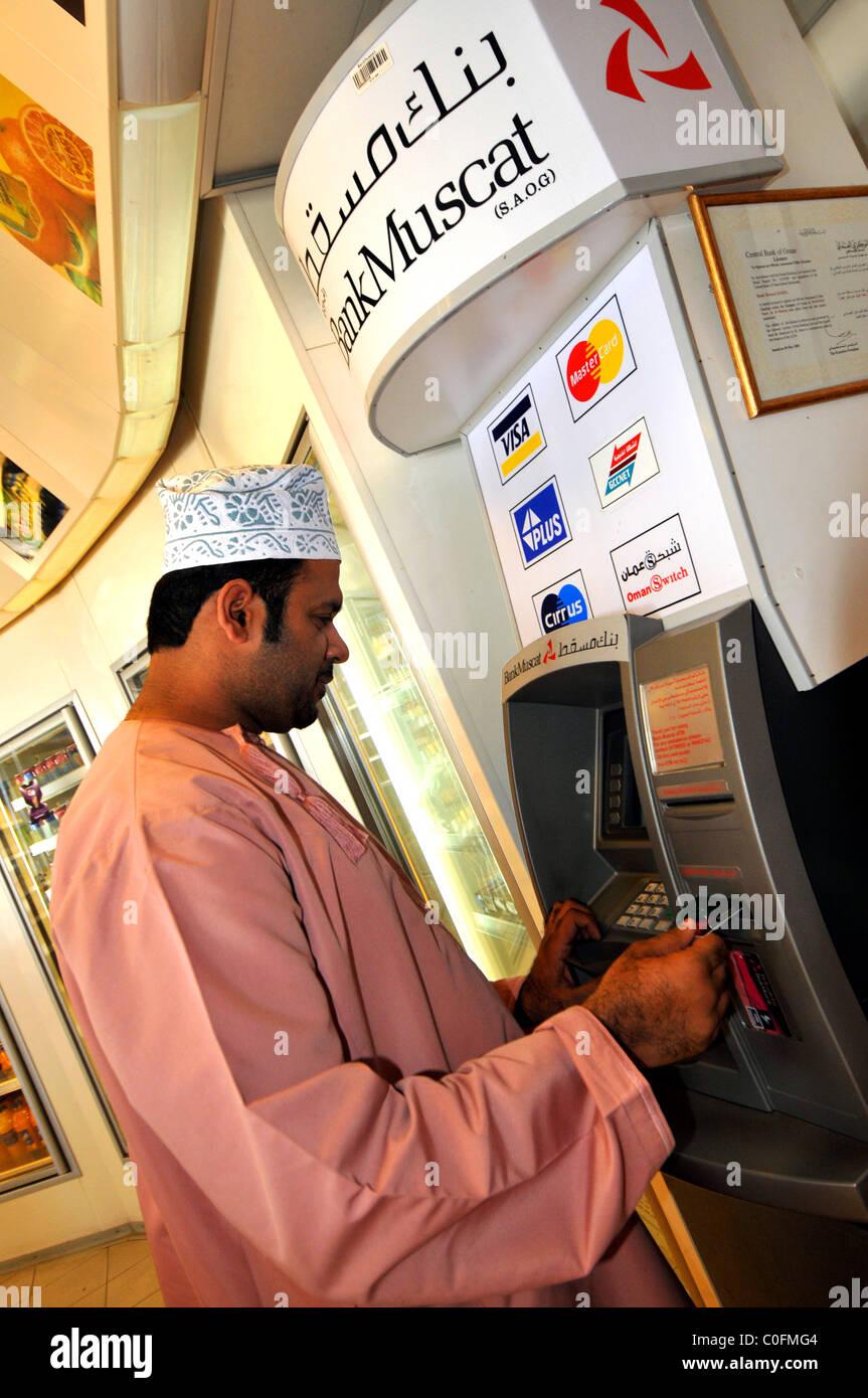 Los cajeros automáticos del banco, el Sultanato de Omán. Imagen De Stock