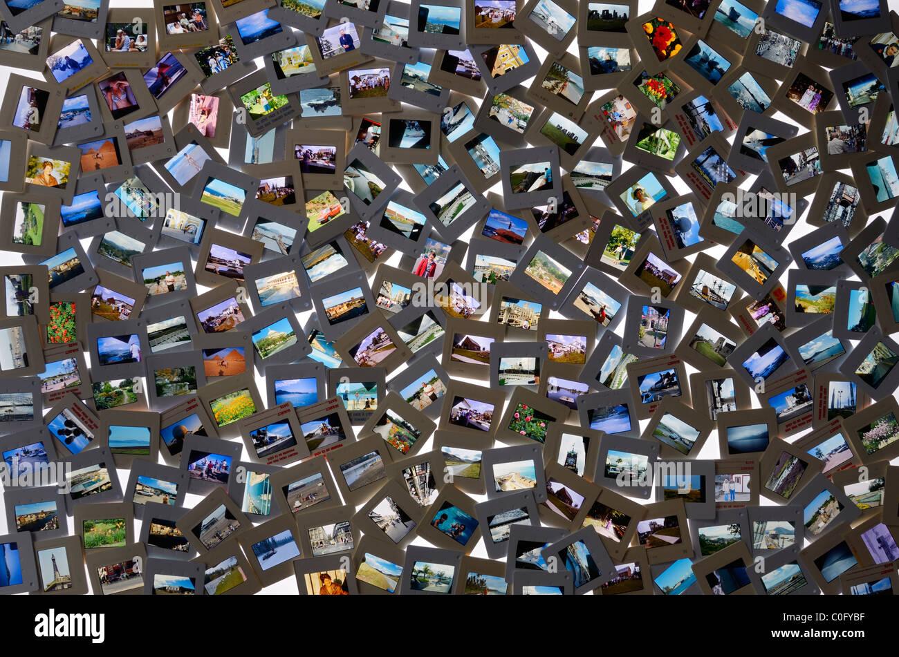 Gran colección de películas en color diapositiva instantáneas de vacaciones pasado sobre una mesa Imagen De Stock
