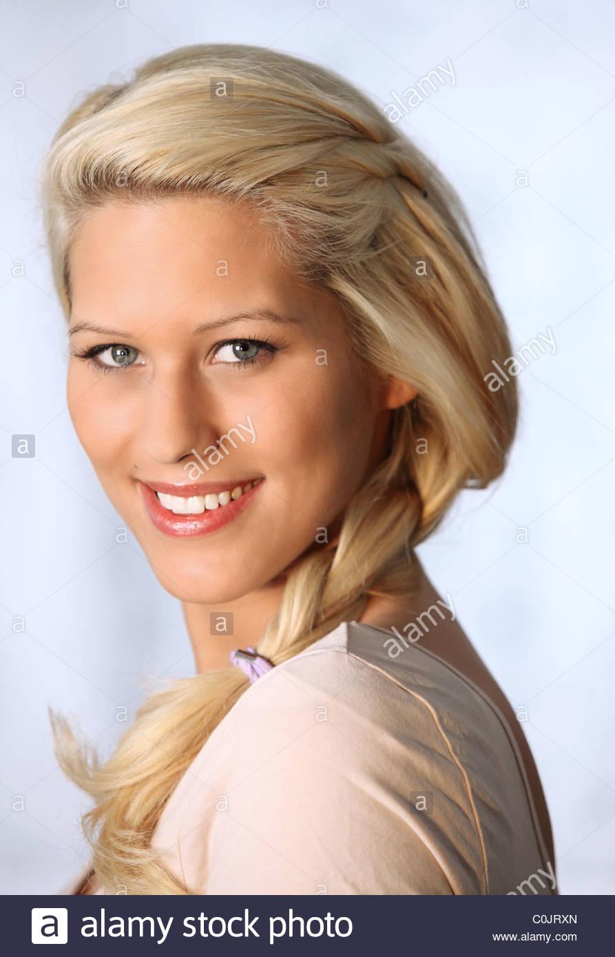 Retrato de joven mujer rubia Imagen De Stock