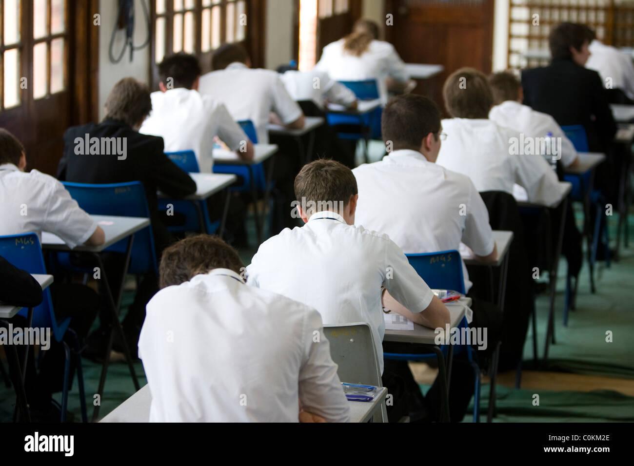 Los alumnos llenan una sala de exámenes para tomar un examen GCSE en Maidstone Grammar School en Maidstone, Imagen De Stock