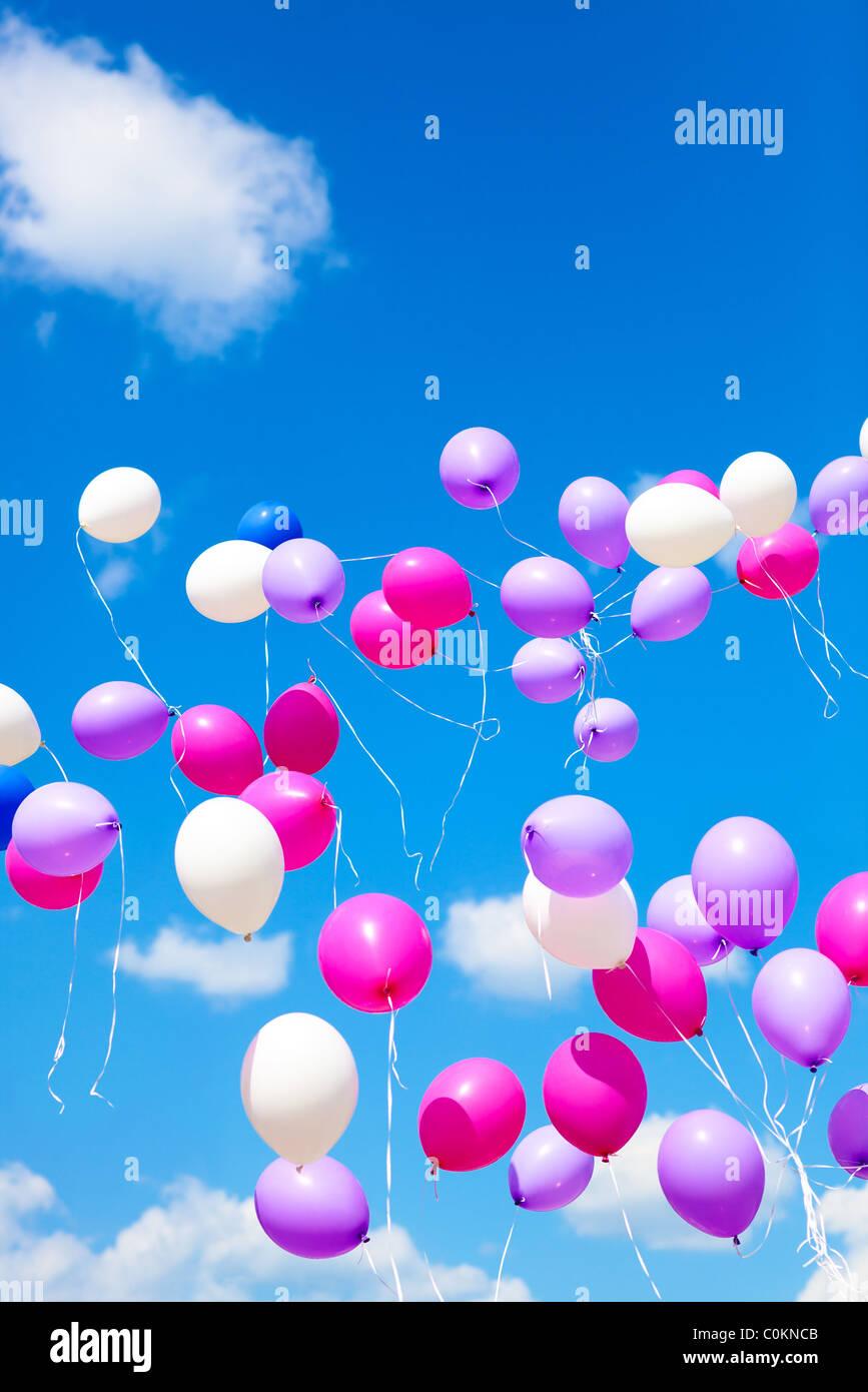 Globos de vacaciones sobre fondo de cielo azul. Imagen De Stock