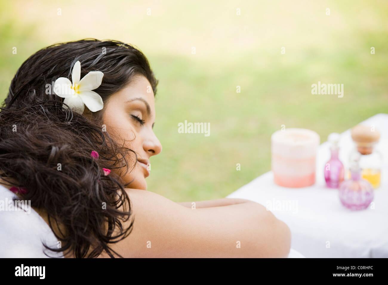 Mujer recibiendo tratamiento spa Imagen De Stock