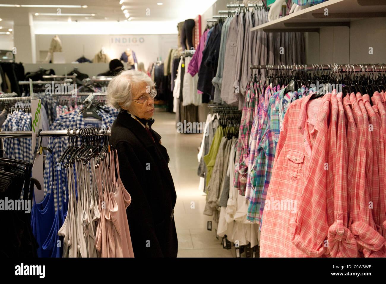 Una Anciana Mujer Dama Senior De Compras Para La Ropa Marks Spencer Tienda M S Bromley Kent Uk Fotografía De Stock Alamy