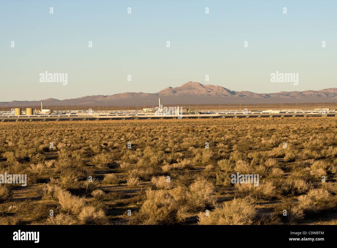 Granja de energía de paneles solares en el desierto de Mojave, en California. Imagen De Stock
