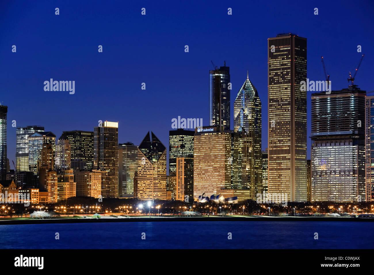 El centro de Chicago Skyline al atardecer, Chicago, Illinois, EE.UU. Imagen De Stock