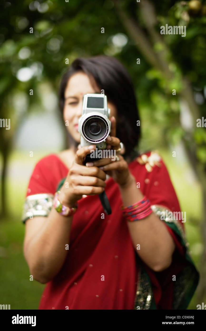 Punjabi mujer con cámara de cine Imagen De Stock