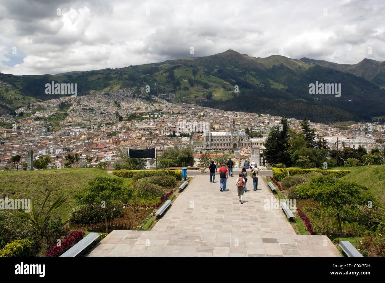 Los turistas en el Parque Itchimbía - Quito, Ecuador Imagen De Stock