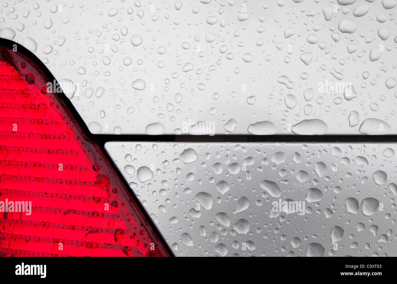Gotas de agua sobre metal color plateado Imagen De Stock