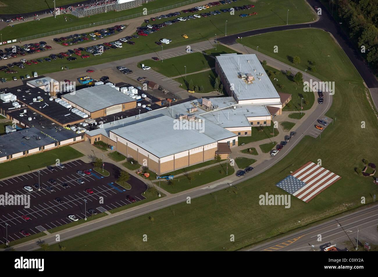 Vista aérea de los edificios escolares por encima de la bandera de Estados Unidos de América Imagen De Stock