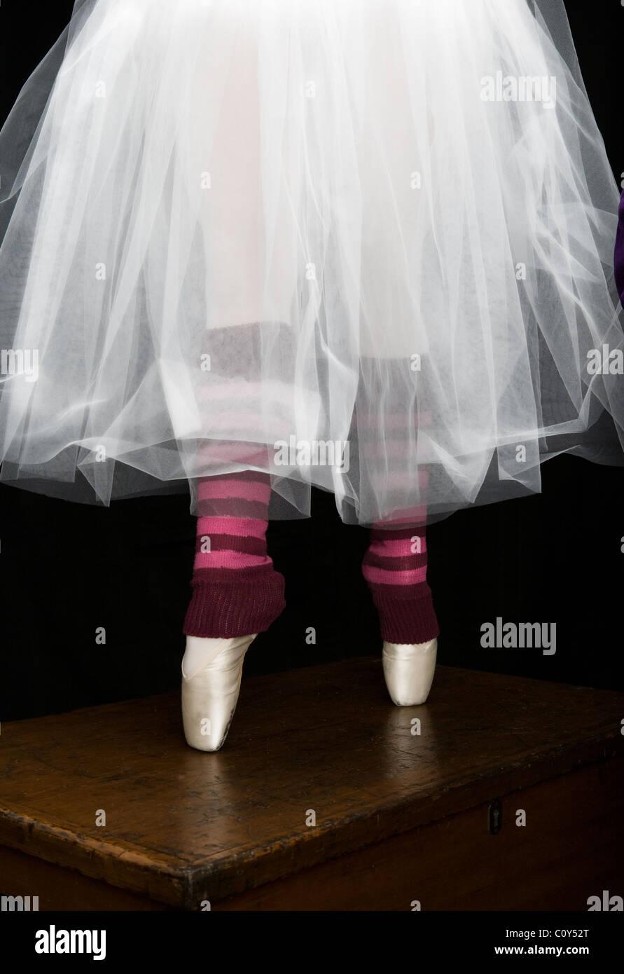 Detalle retrato de una bailarina adolescente vistiendo un tutú blanco y zapatillas de punta como ella de pie Imagen De Stock