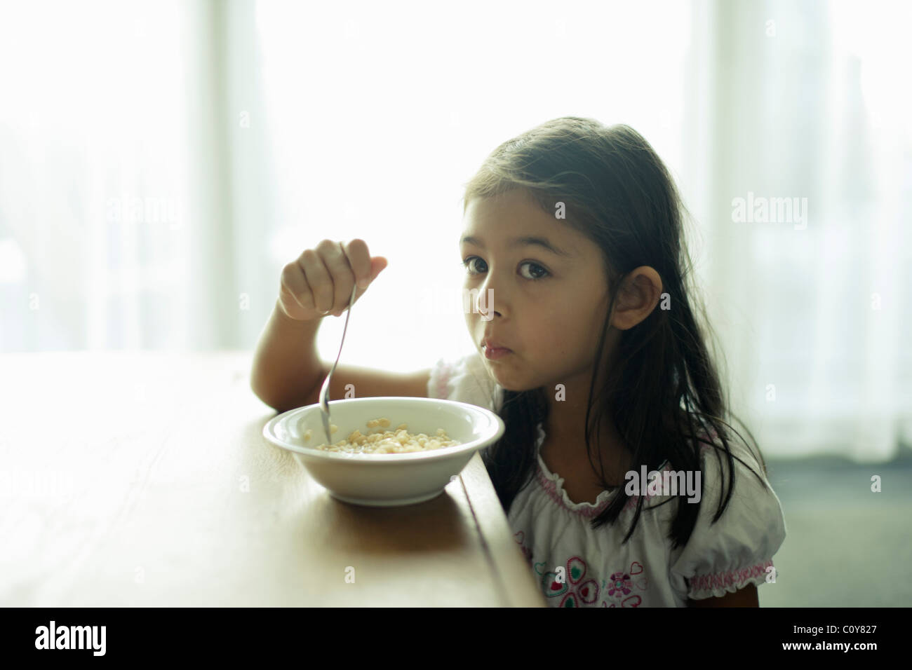 Ni a de seis a os con taz n de cereales para el desayuno for Tazon cereales
