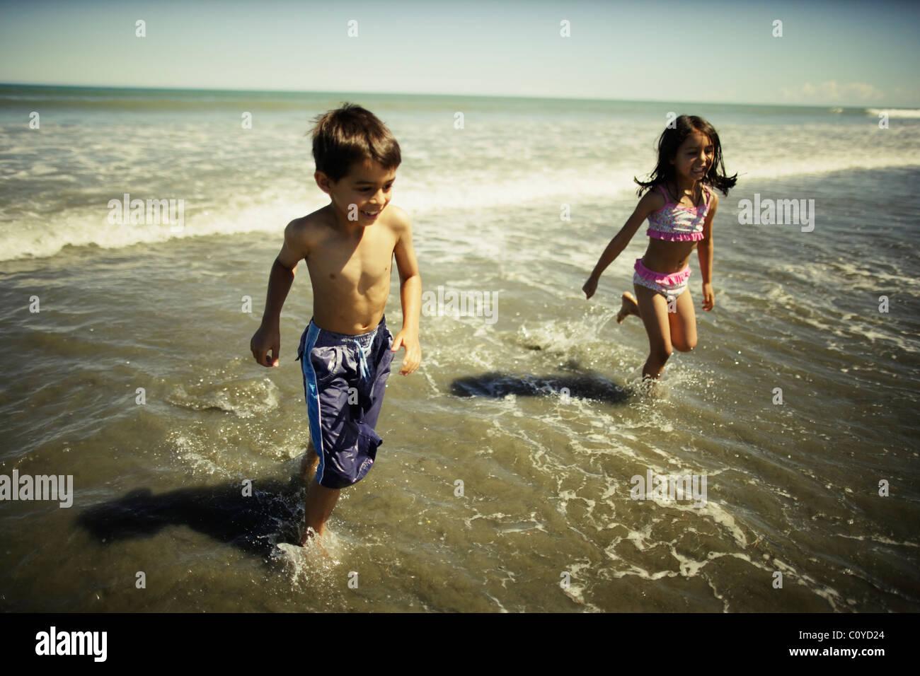 Hermano y hermana en la playa, beach, Nueva Zelandia Waitarere Imagen De Stock