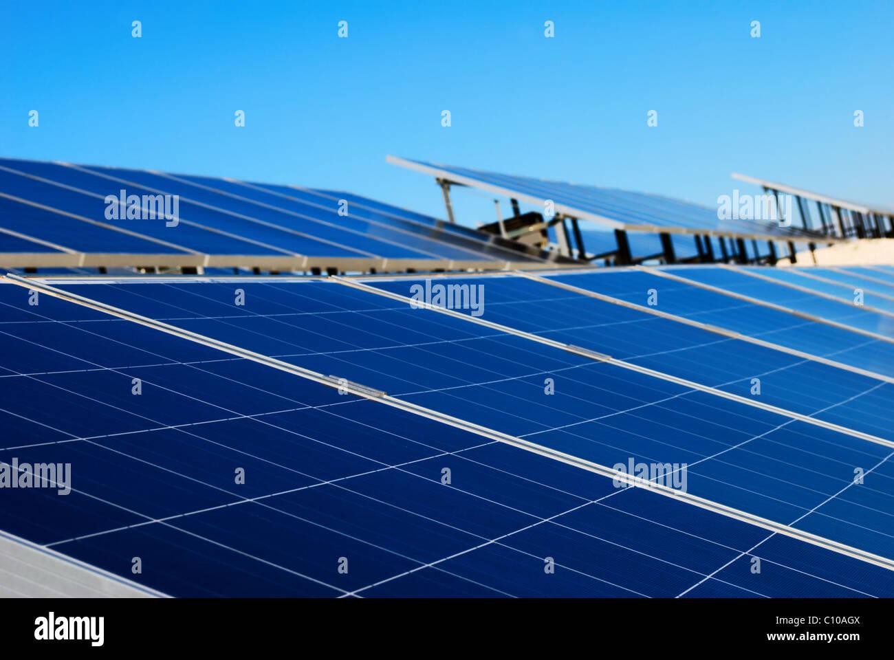 Instalación de panel solar azul Imagen De Stock