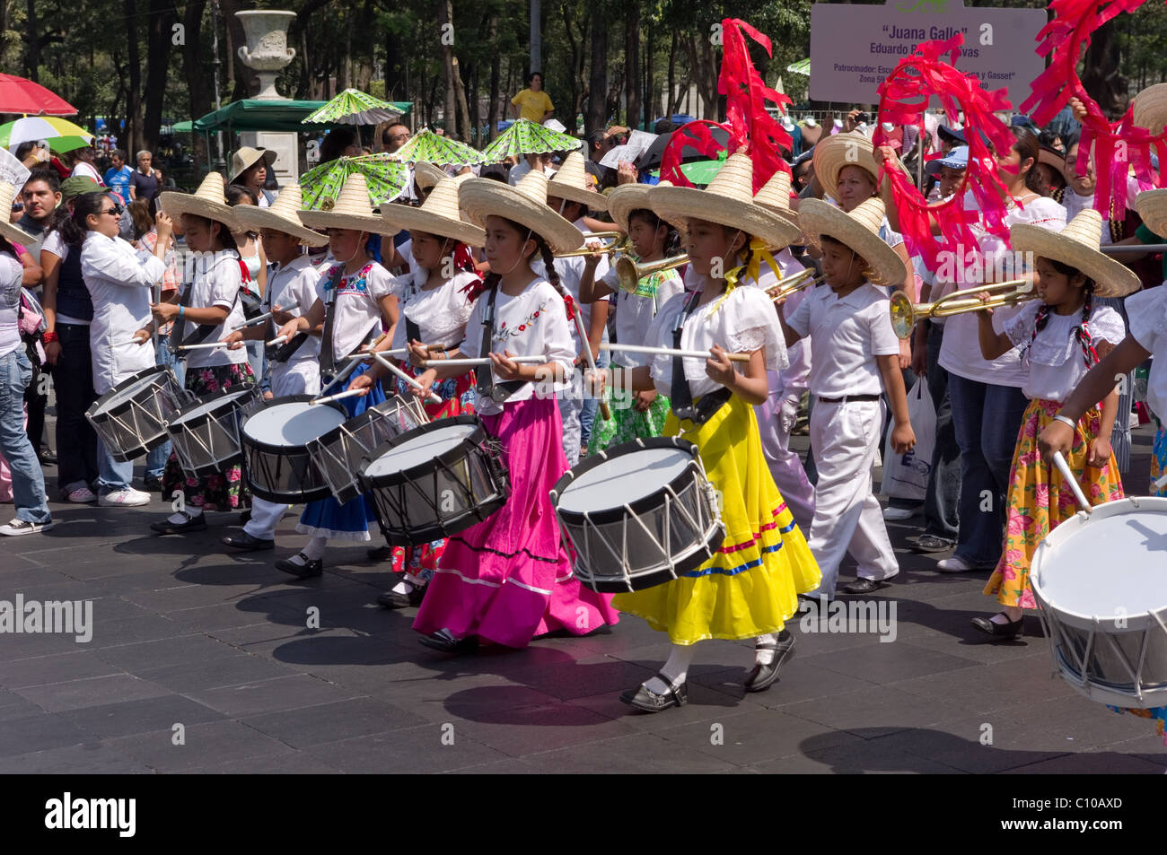Joven Mexicano Niñas Vestidas Como Adelitas Y Tocando
