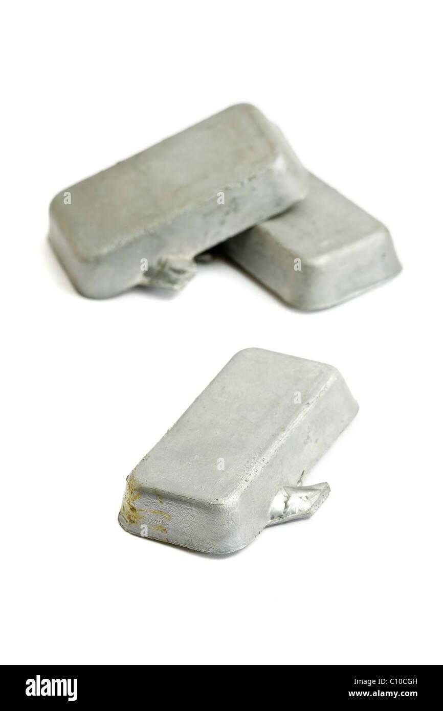 Tres bloques de plomo sobre fondo blanco. Imagen De Stock