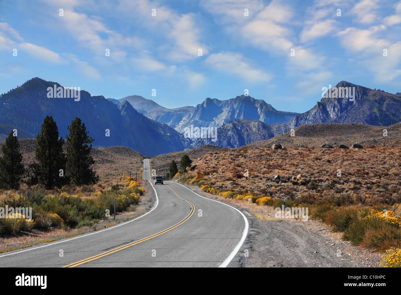 Jeep turística a la vuelta de la carretera en las pintorescas montañas Imagen De Stock