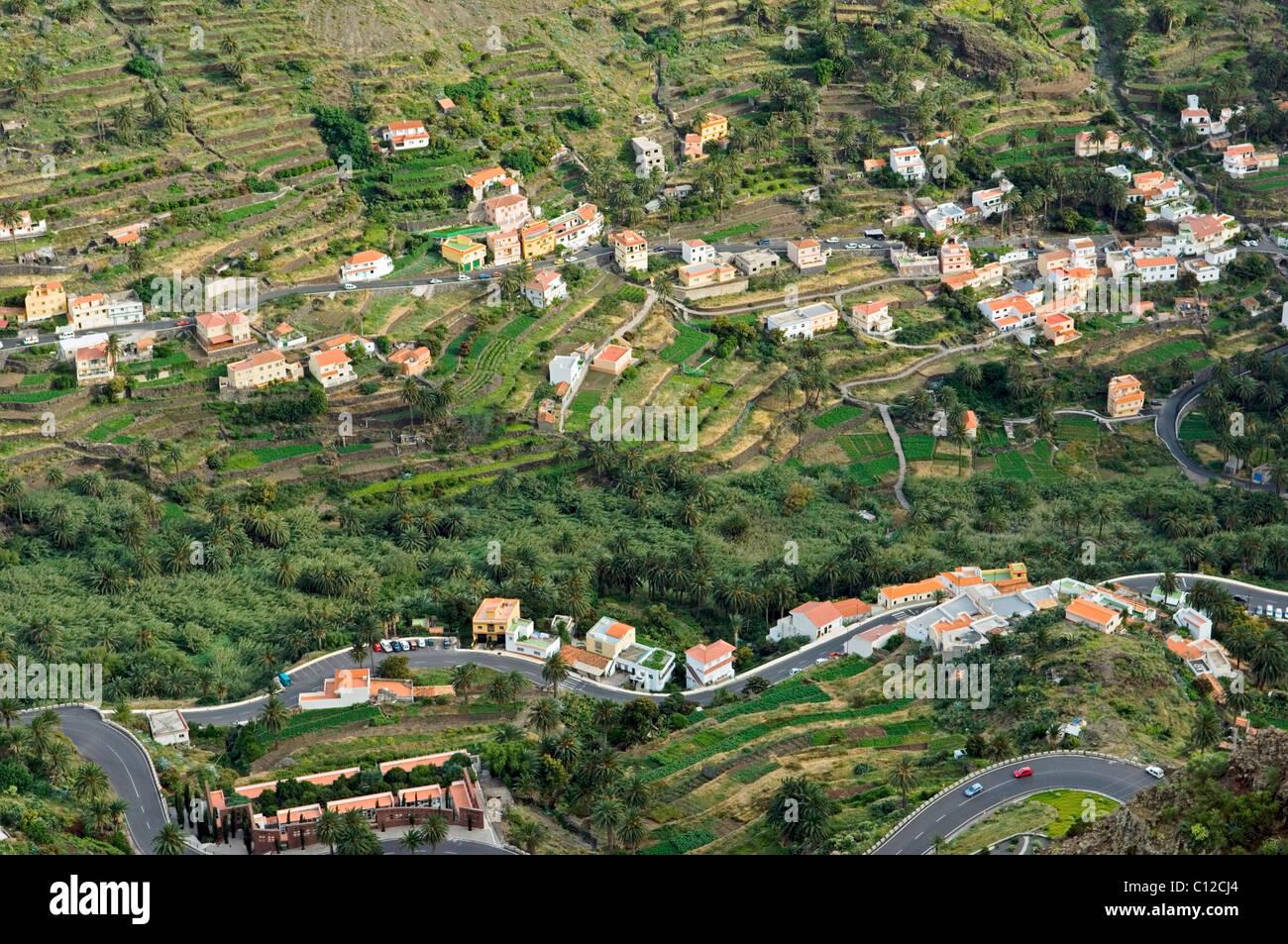 En La Gomera, Islas Canarias. Casas Rurales, apartamentos y terrazas de cultivo hacia la cabeza de Valle Gran Rey Imagen De Stock
