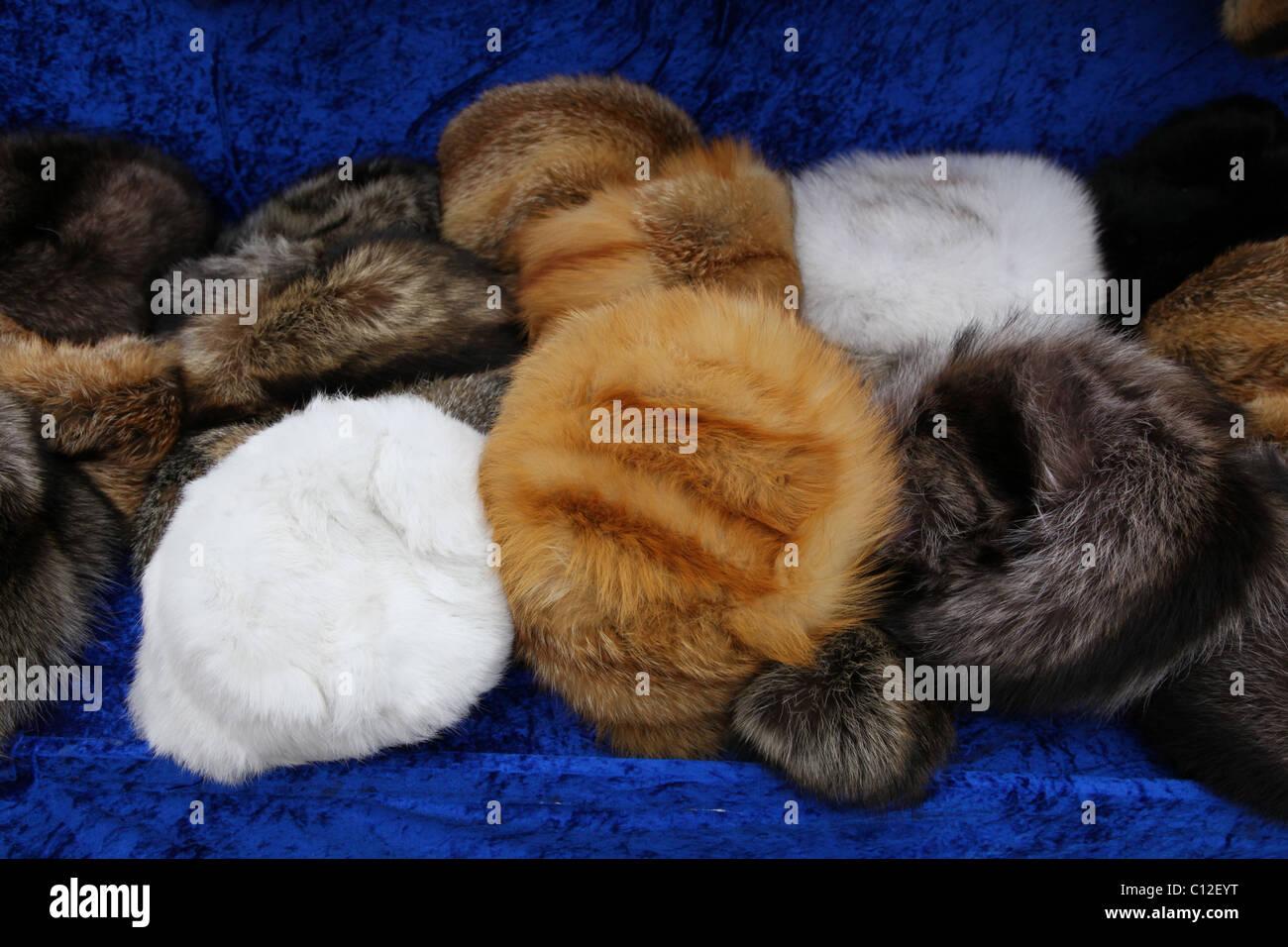 Pila de sombreros de pieles para la venta en el mercado de las pulgas en  Leipzig 7c9dcc945e1