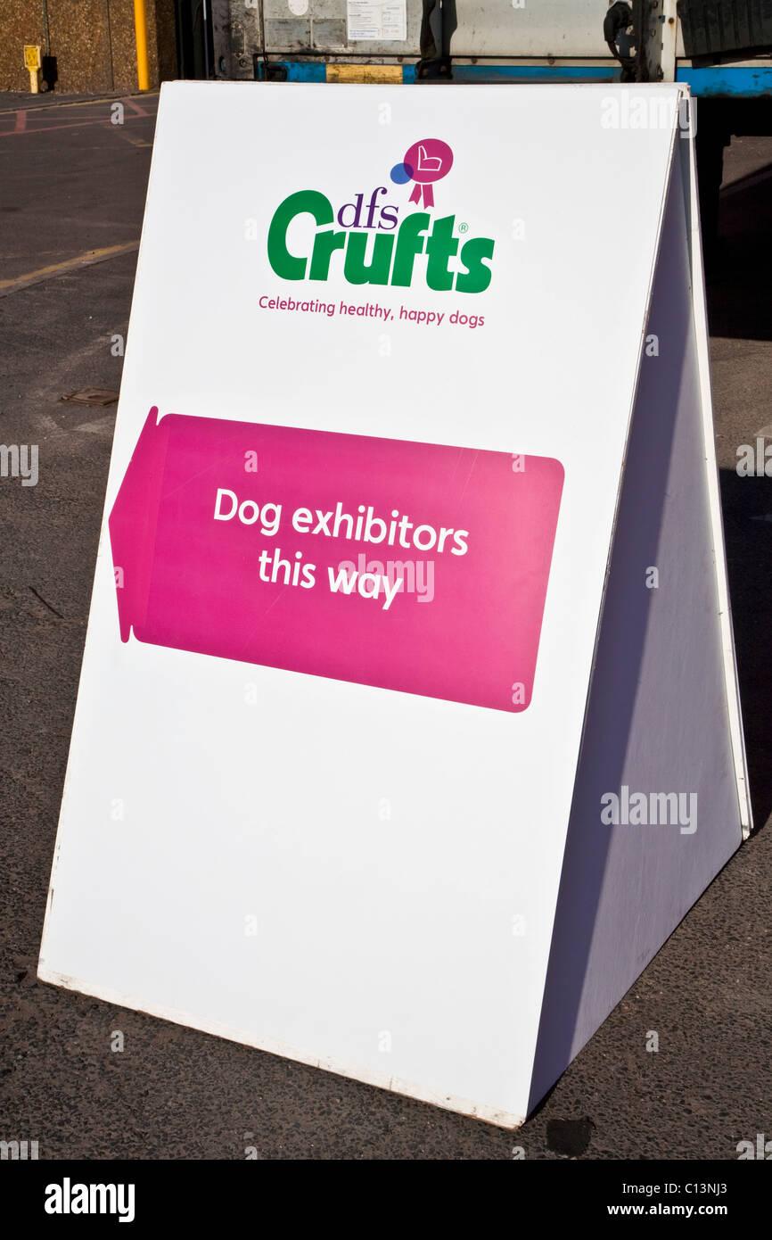 Perro signo dirección expositores para Crufts en el NEC Foto de stock