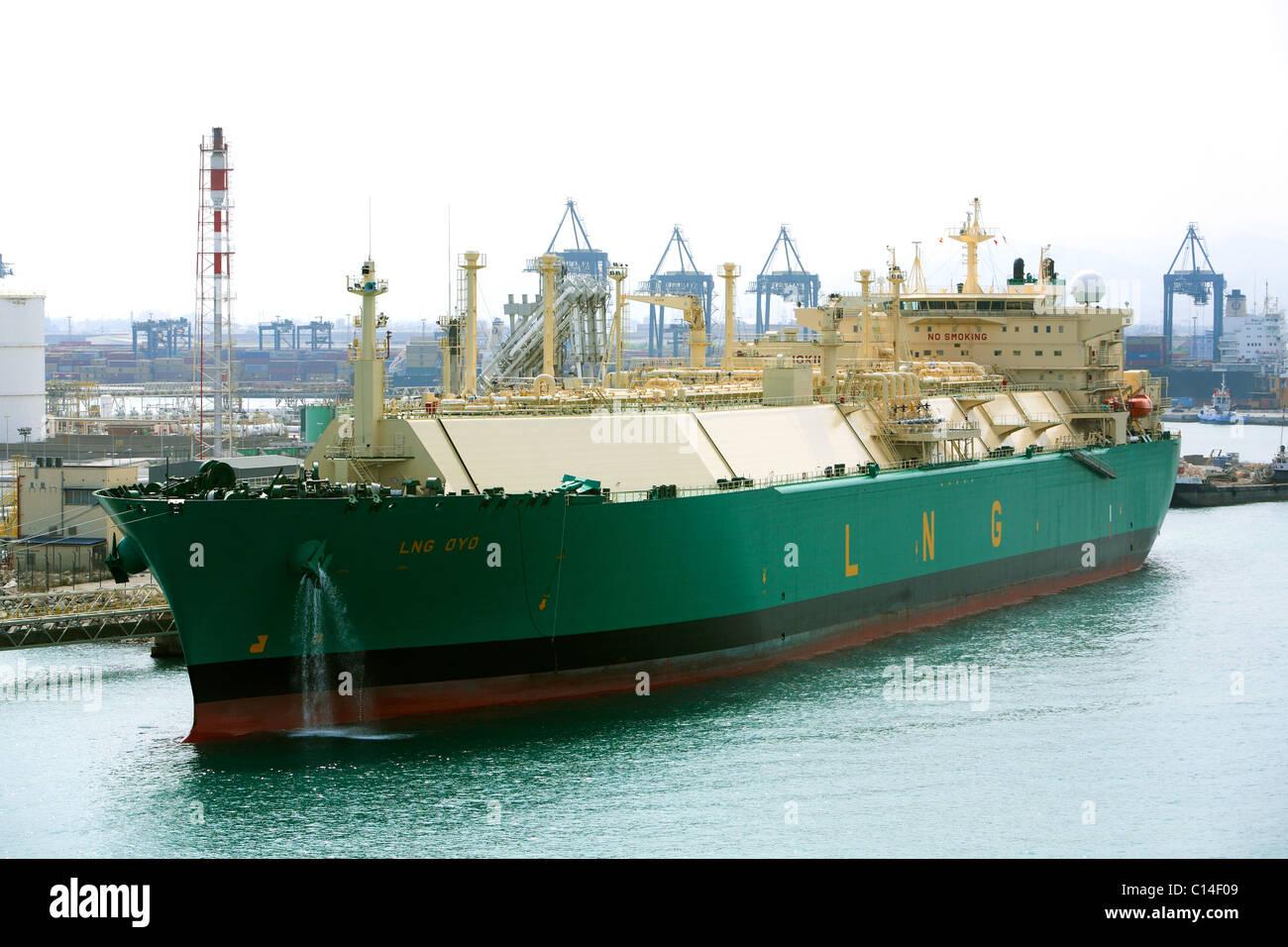 Tanque de GNL OYO junto al Puerto de Barcelona dischaging carga Foto de stock
