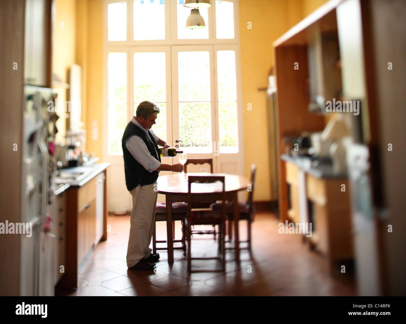 El hombre servir vino Imagen De Stock