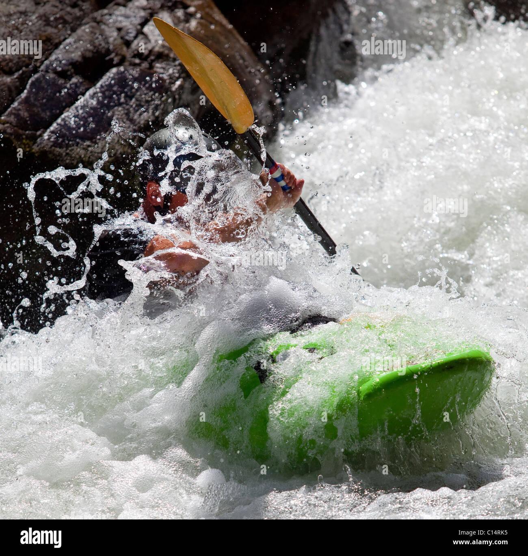 Hombre kayaks en Río fluyendo sobre Wilson Creek, NC. Imagen De Stock
