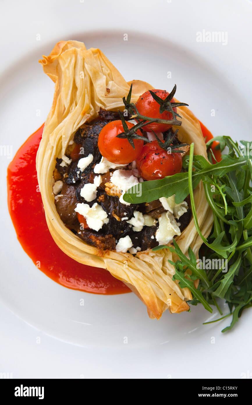 Plato principal hongo silvestre 'tomate cherry' & 'queso de cabra' 'crujiente filo tart' Imagen De Stock