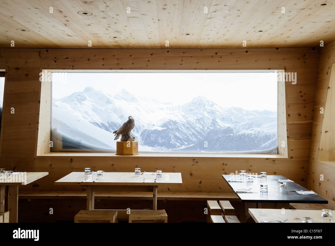 Ventana panorámica con paisajes de montaña en la corviglia Club, St Moritz Imagen De Stock