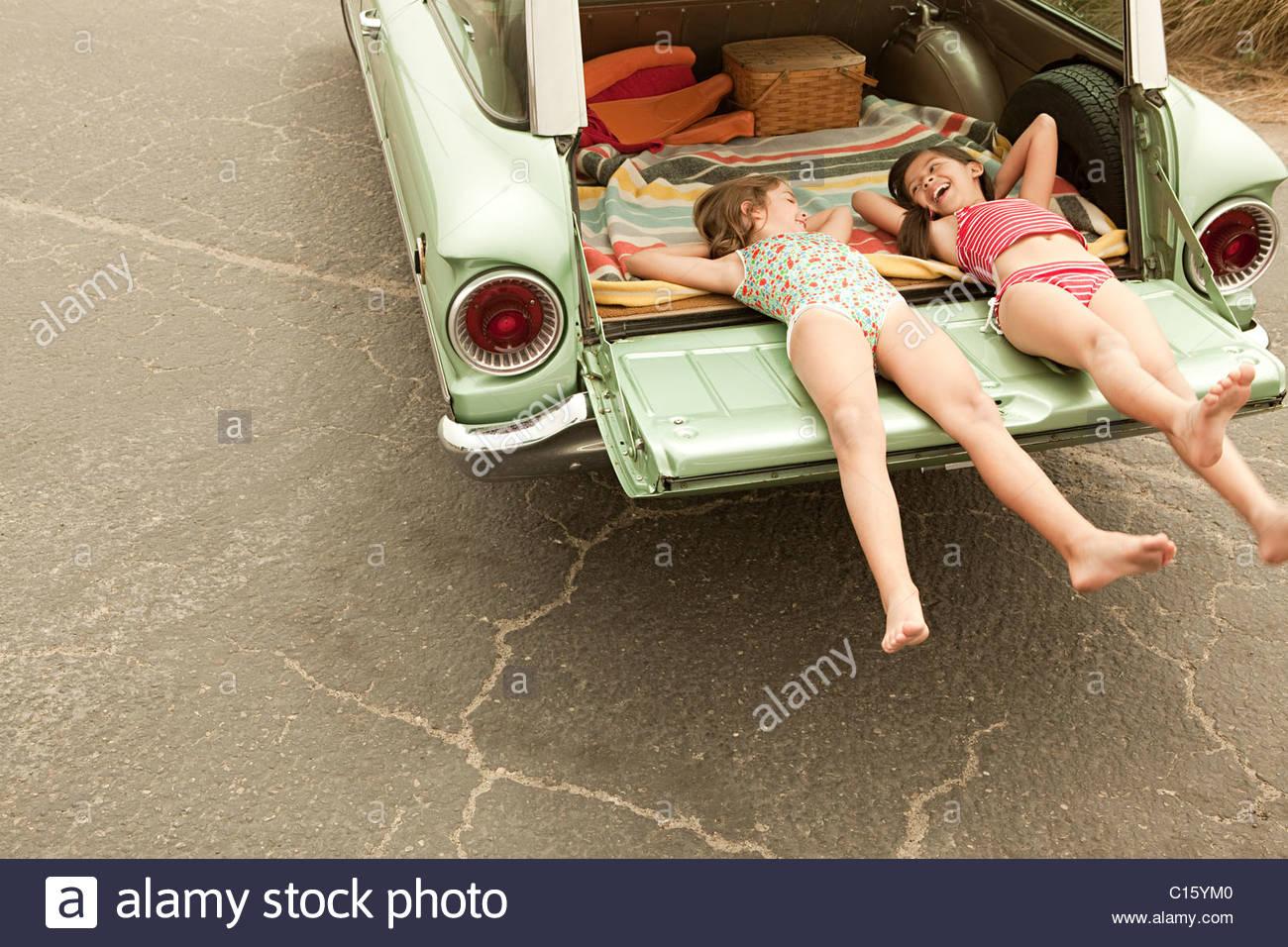 Dos niñas acostado en coche break Imagen De Stock
