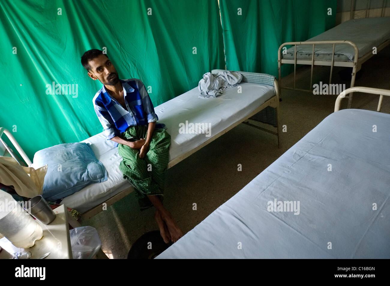 Anwari Mondol, de 35 años, infectado con una cepa mortal de la tuberculosis ha sido admitido en el hospital privado Foto de stock