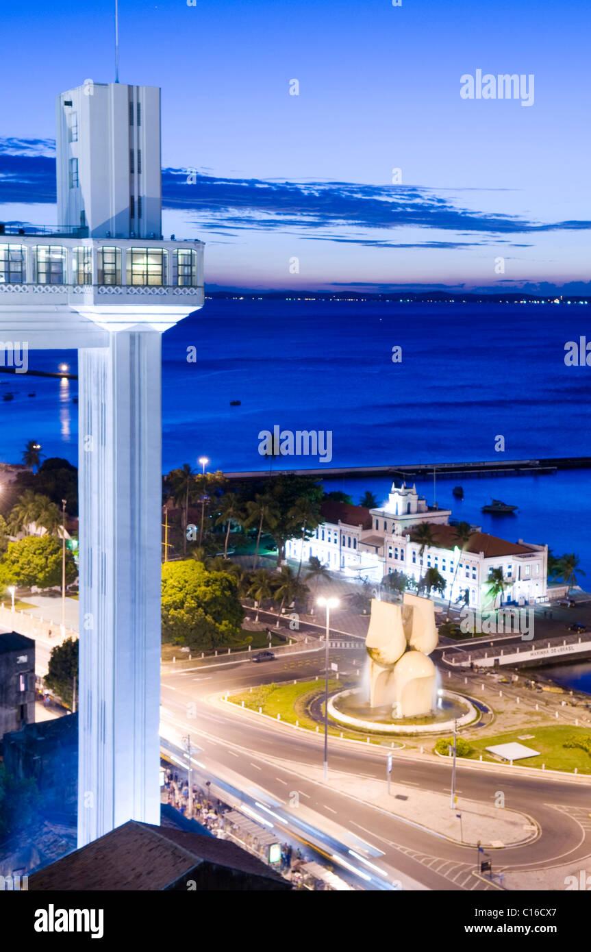 Elevador Lacerda conectando la parte superior a la parte inferior de la ciudad, Baía de Todos os Santos, Bahía Imagen De Stock