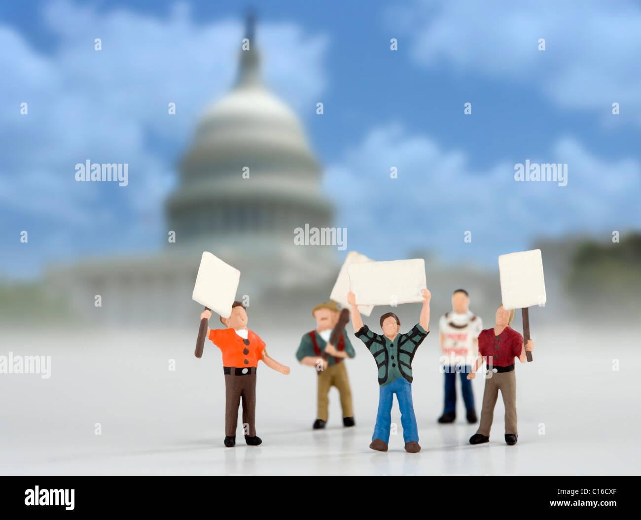 Los manifestantes en el edificio capital concepto imagen. Figuras modelo representando a los manifestantes en Washington. Imagen De Stock