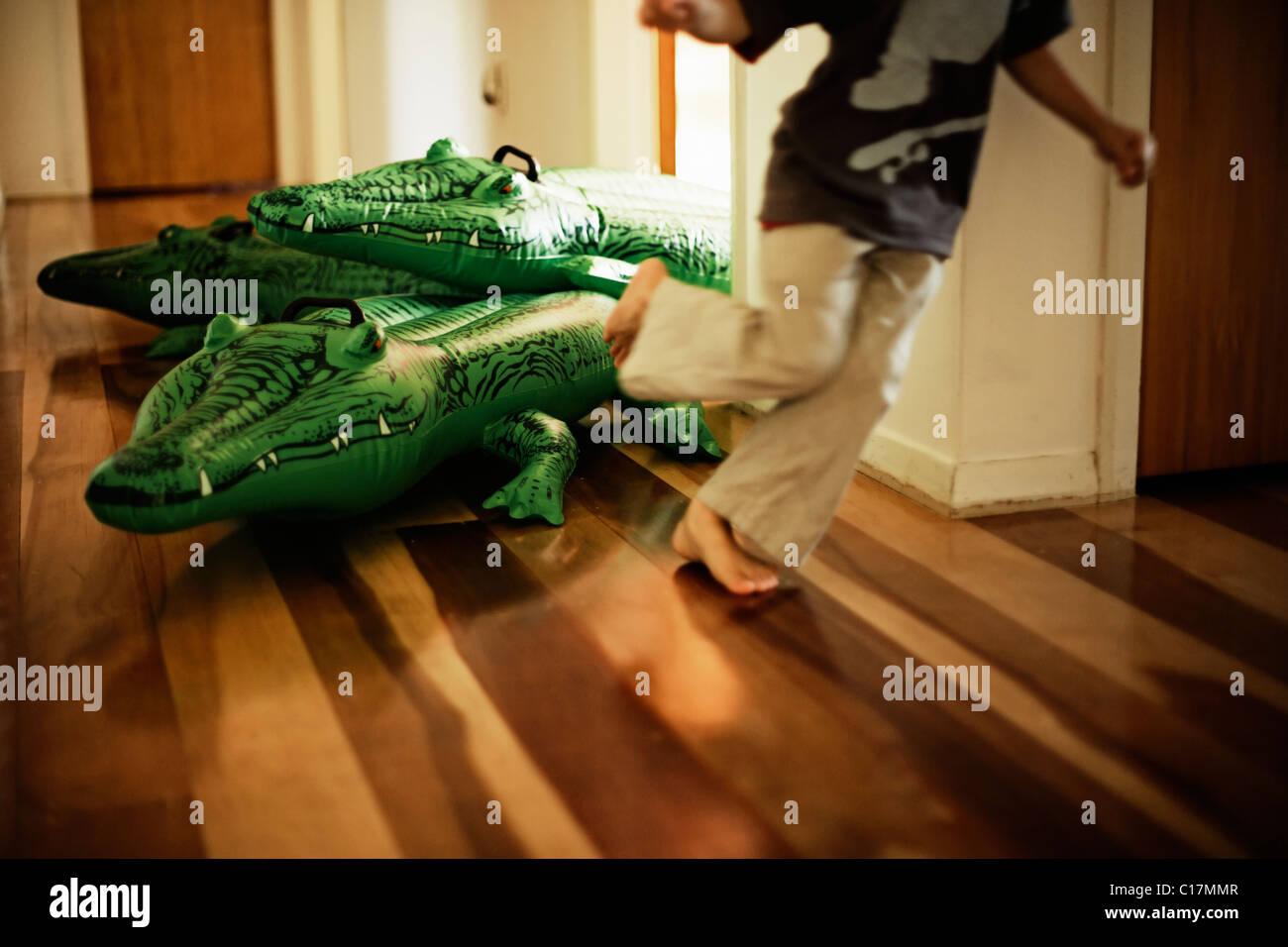 Serie de cocodrilo inflable. Boy a partir de seis años se escapa. Imagen De Stock