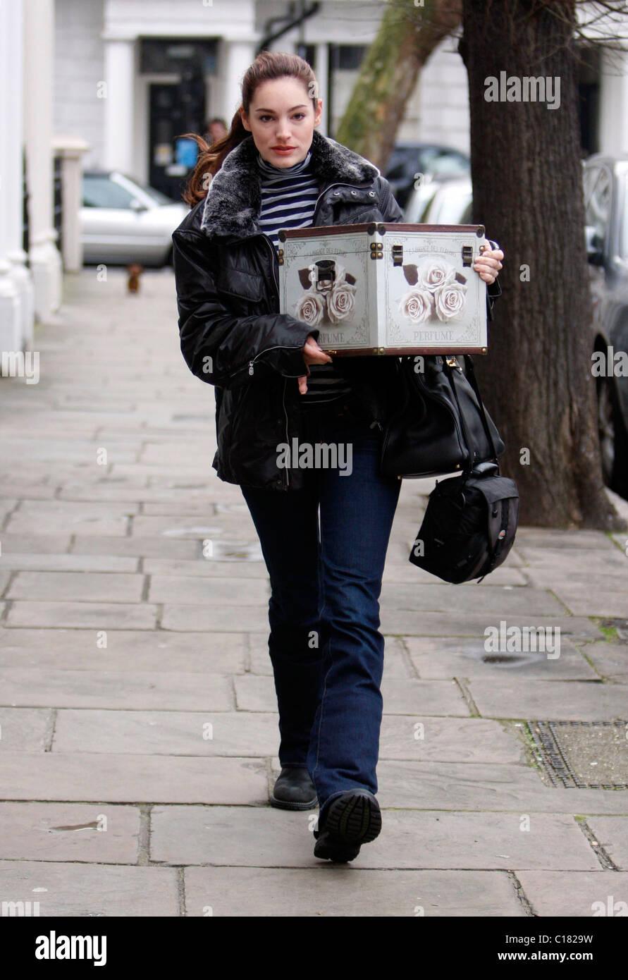 Kelly Brook salir de casa con un gran aspecto antiguo cuadro de perfume, Londres, Inglaterra - 26.02.09 Foto de stock