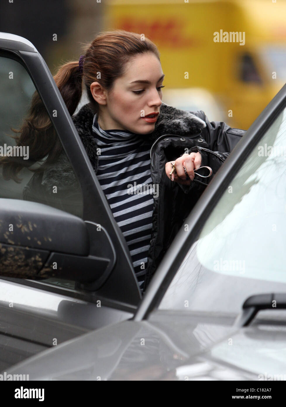 Kelly Brook abandona la casa con un gran aspecto antiguo perfume caja, sólo el llegar a su coche y encontrar tiene un ticket de aparcamiento Foto de stock