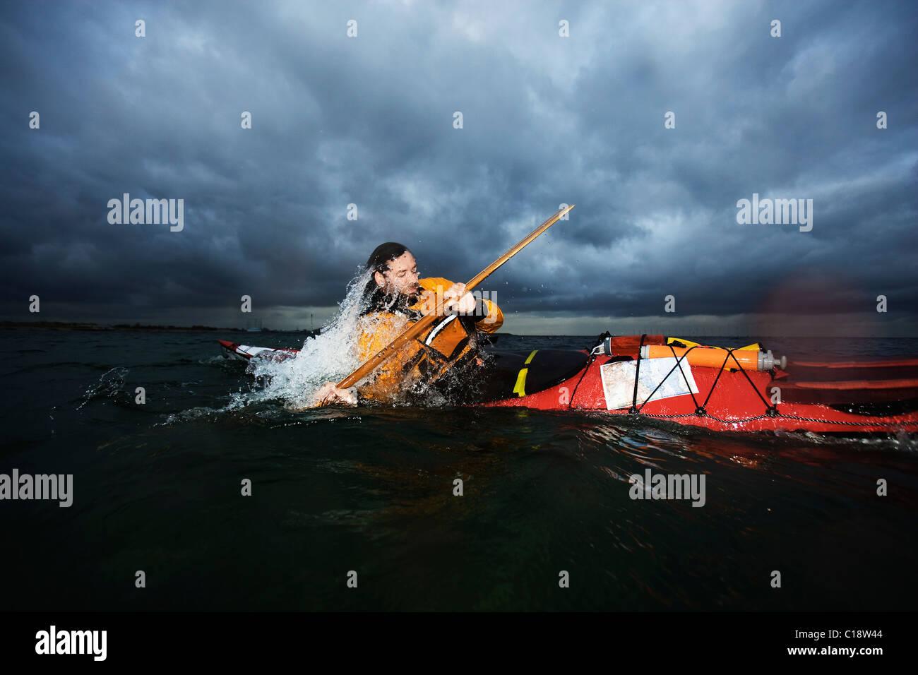 Hombre en kayak girando Foto de stock