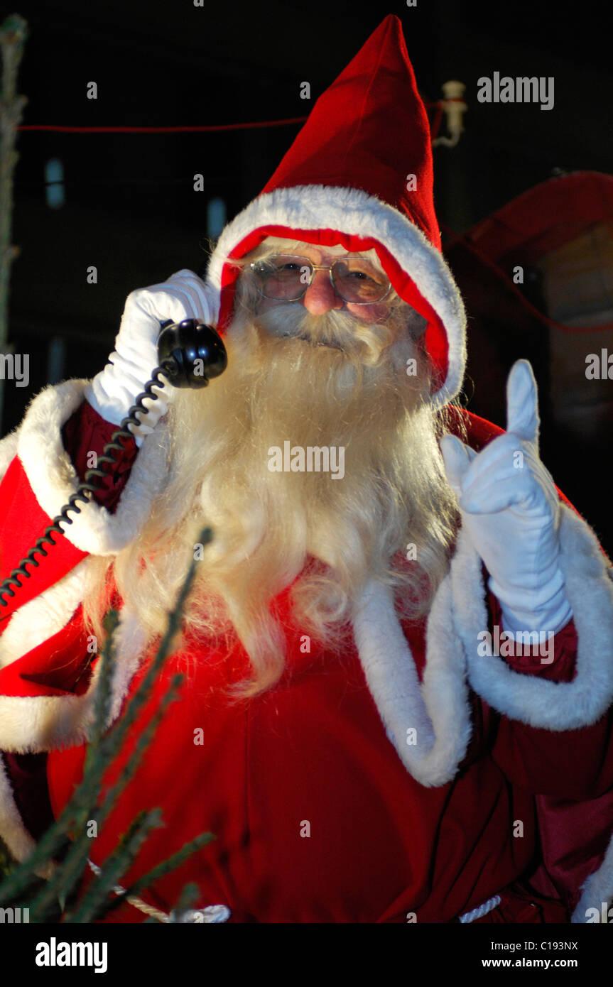 7cb0ac4589 Santa Claus hablando por un teléfono