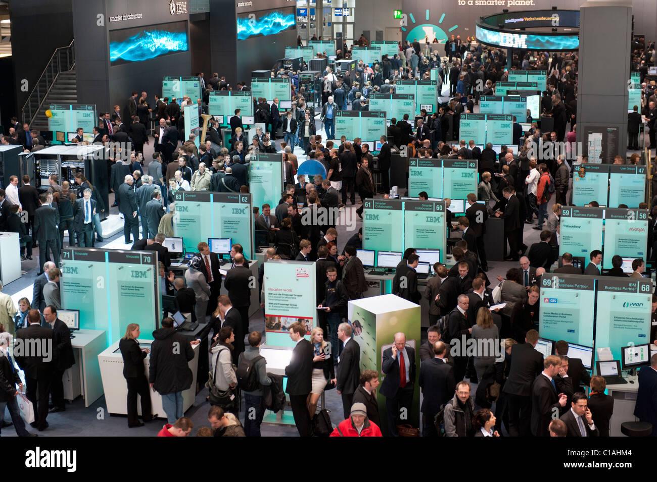 Área de exhibición de IBM en CeBIT 2011 feria de electrónica y digital de marzo de 2011 en Hannover, Imagen De Stock