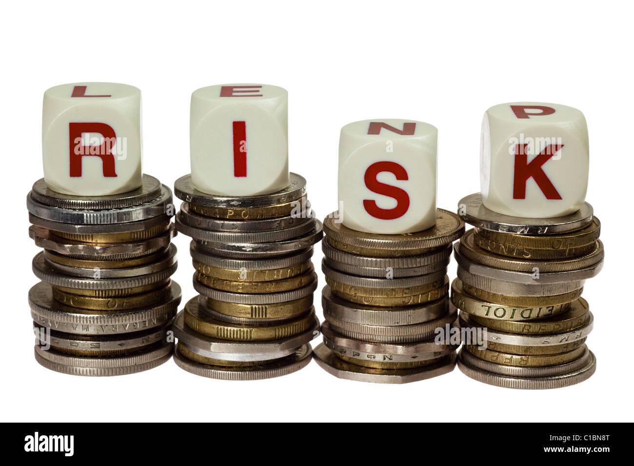 Pilas de monedas con la palabra riesgo aislado sobre fondo blanco. Foto de stock