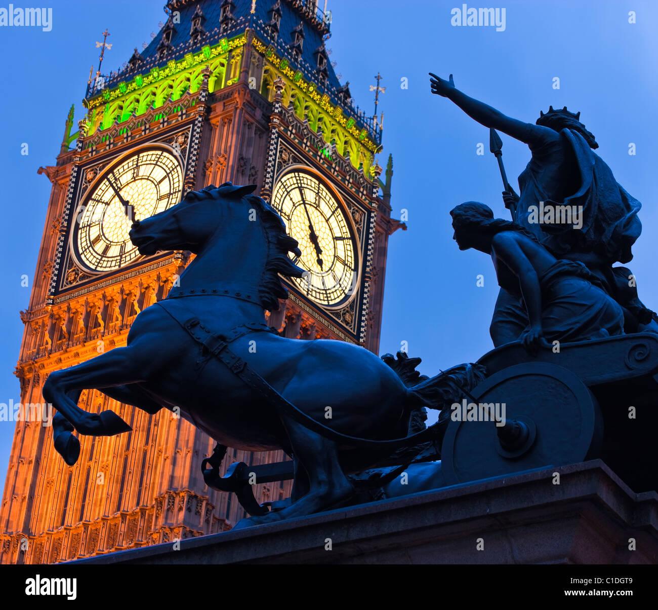 El Big Ben y Boadicea's chariot Westminster Londres England Reino Unido en luz del atardecer Imagen De Stock