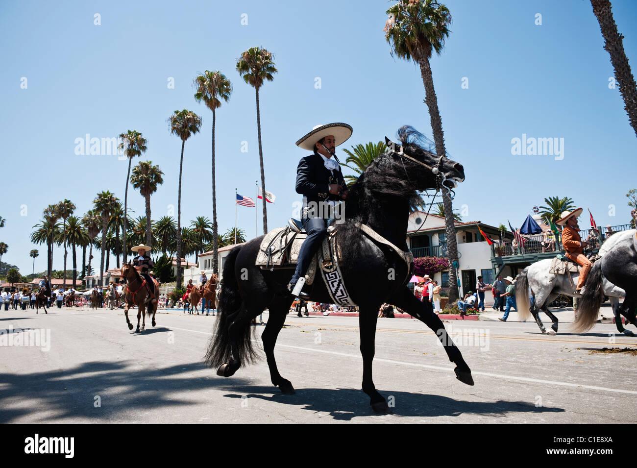Jinete en traje tradicional desfile en fiesta, Santa Bárbara, California, EE.UU. Imagen De Stock
