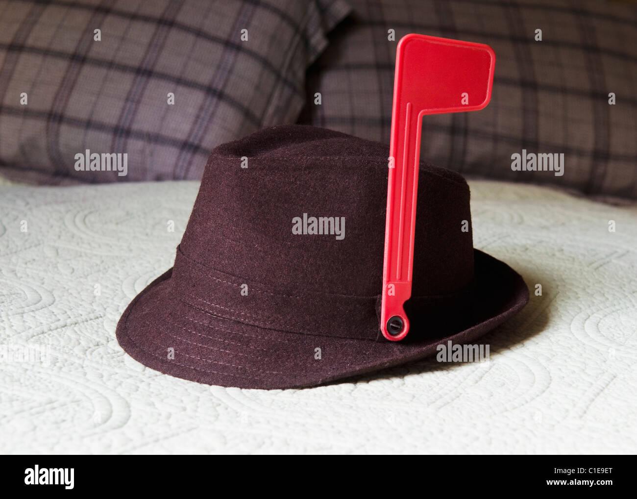 Fedora en la cama con bandera de alerta del buzón adjunta a la HAT Imagen De Stock