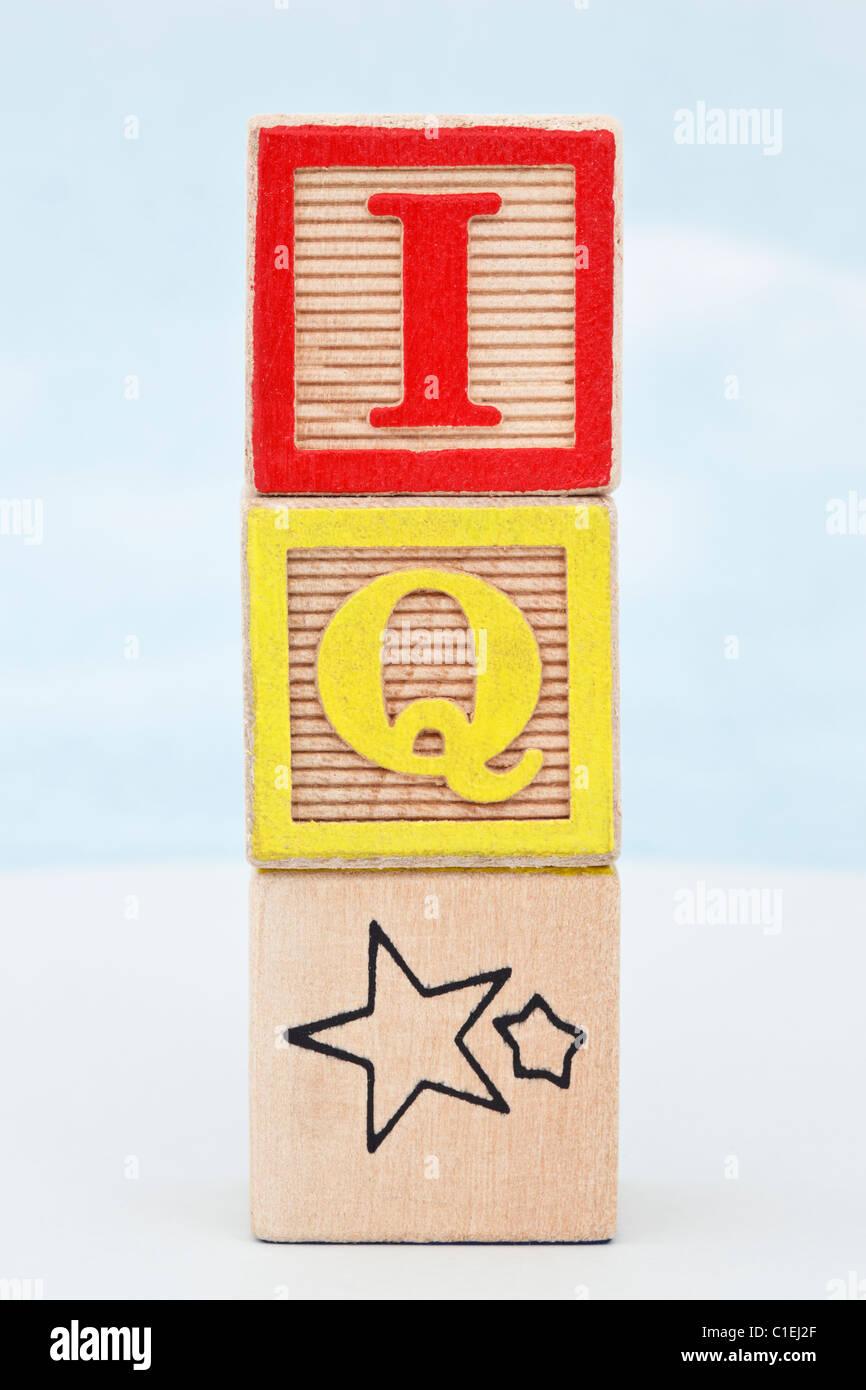 Pila de 3 bloques de letras del alfabeto con letras de IQ star contra un fondo de cielo azul Imagen De Stock