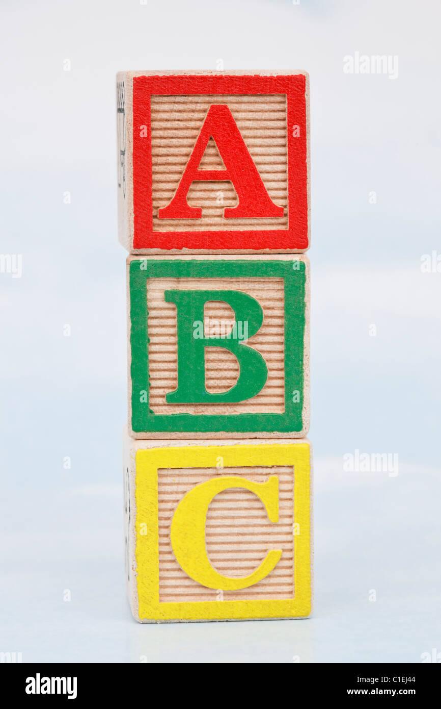 Pila de 3 bloques de letras de madera con letras ABC Imagen De Stock